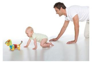 Ребенок ползает с папоой