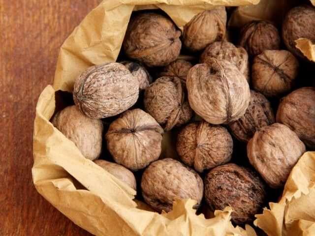 Нечищенные орехи