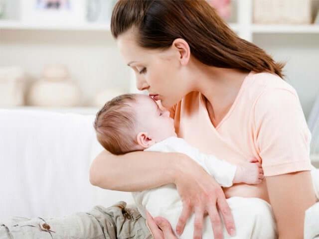 Малыш спит у мамы на руках
