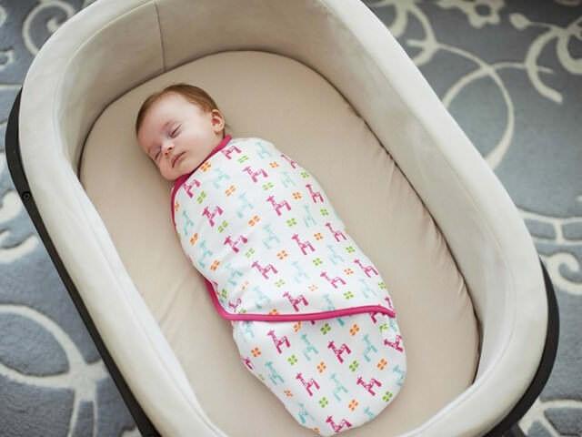 Малыш спит в люльке