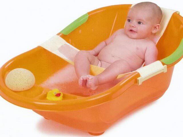 Малыш моется