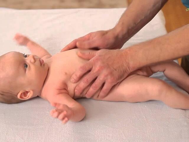 Малыш внимательно смотрит