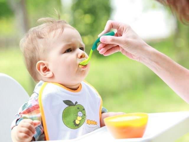 4474f2b37d3b Питание ребенка в 8 месяцев становится более сбалансированным. Мама кормит  малыша