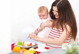 Женщина кушает овощи