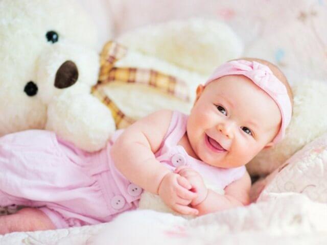 Малышка улыбается