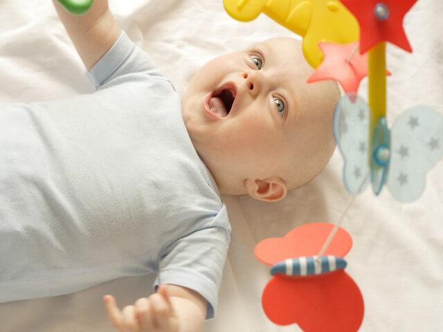 Малыш разглядывает игрушку
