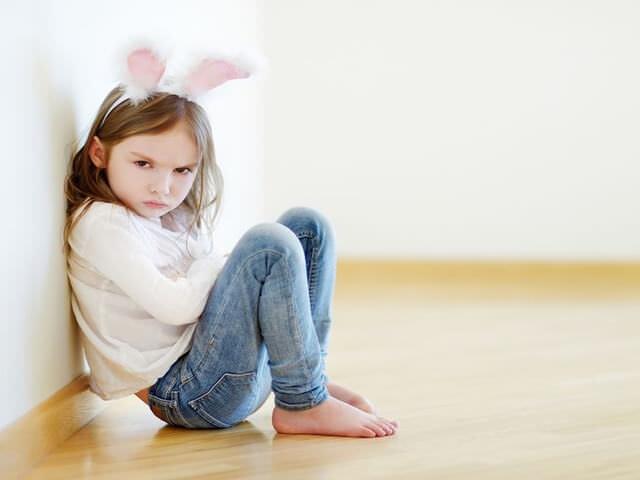 Ребенок сидит на полу