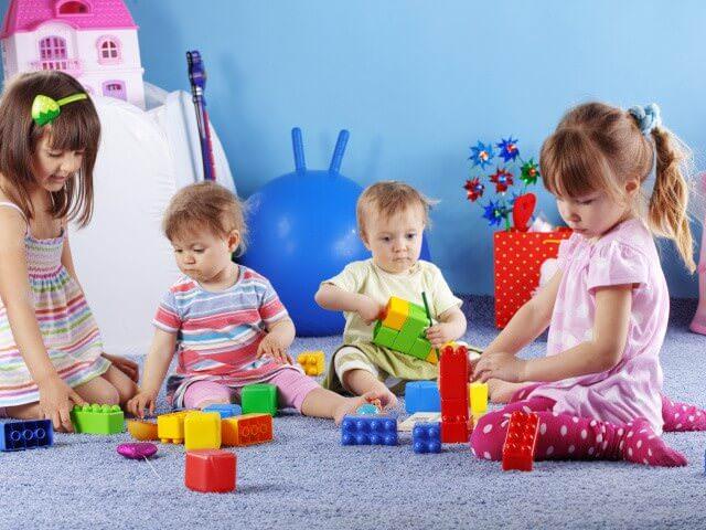 Детки играют друг с другом