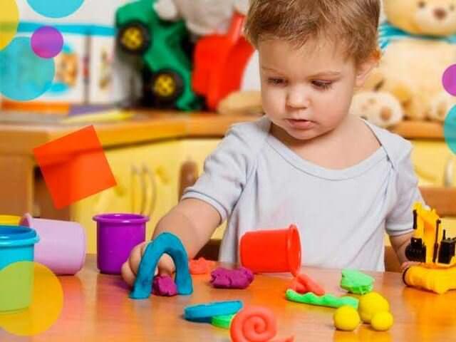 Ребенок играет с пластилином