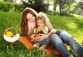 Мама с ребенком на пикнике