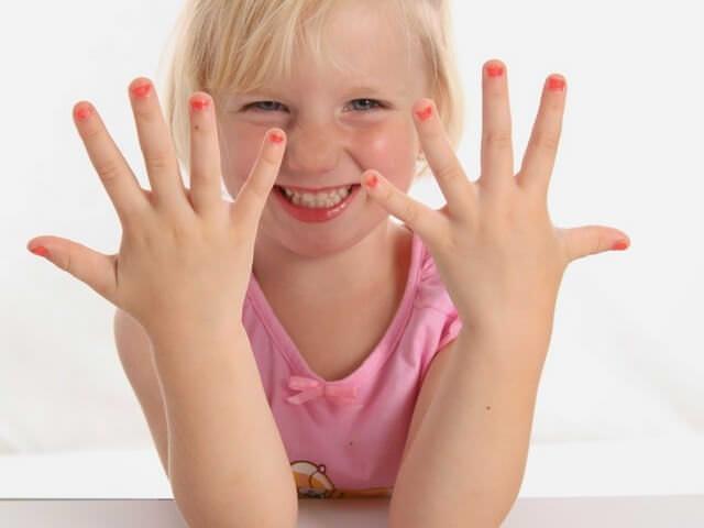 Девочка накрасила ногти
