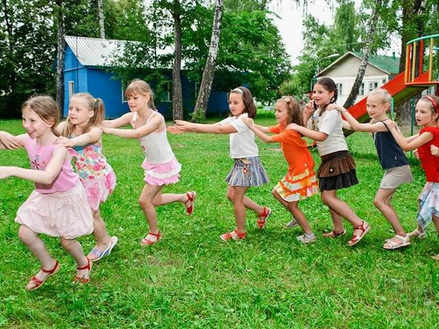 Дошкольники играют на улице