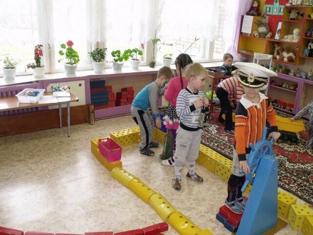 Дети играют в корабль