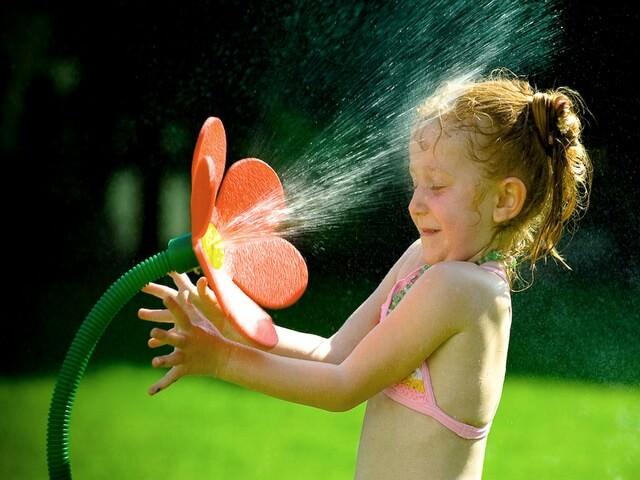 Девочка балуется с водой
