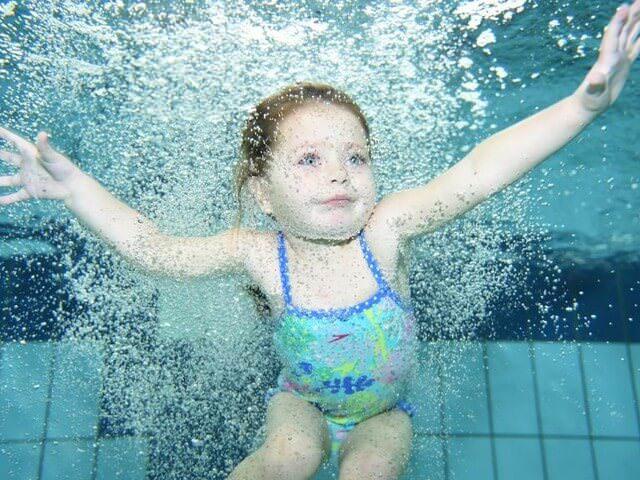 Ребенок под водой