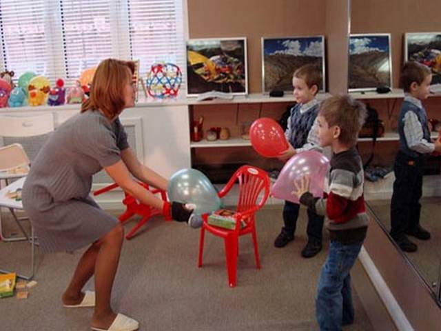 картинка воспитатель играет с детьми