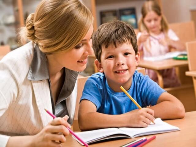 Учитель проверяет ребенка