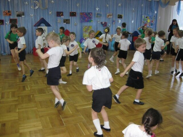 Дети играют в помещении