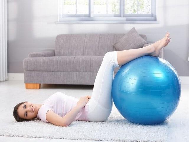 Женщина занимается фитнесом