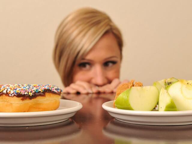 Женщина выбирает пищу