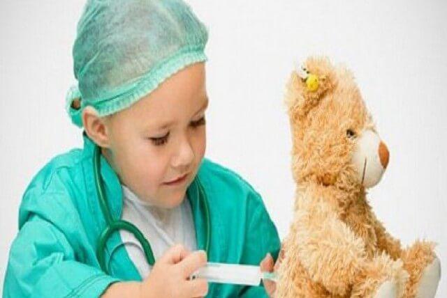 Мальчик делает прививку