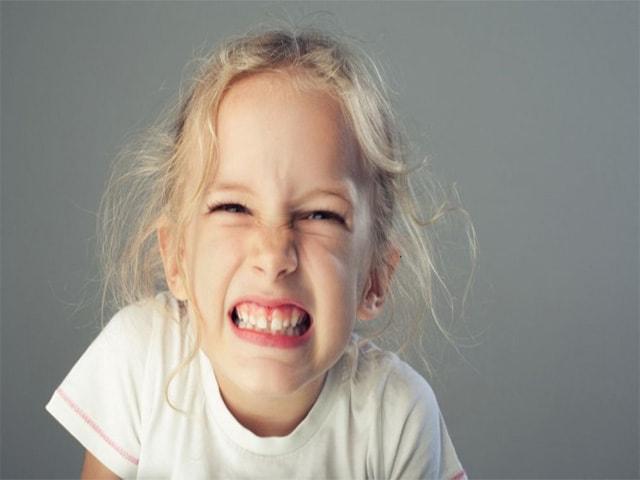 Ребенок скрипит зубами во сне: симптомы, причины, что делать в статье Startsmile
